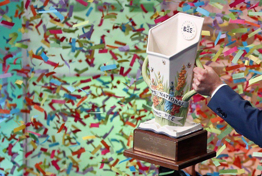 主辦單位非營利組織E.W.史克瑞普斯執行長希姆森,31日午夜拿著獎杯上台準備頒獎...