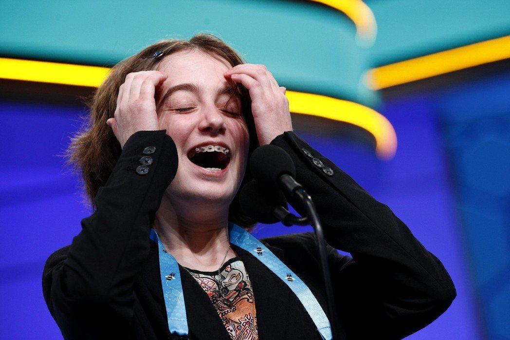 美國密蘇里州一名參賽者30日上台拼字時笑開了。(美聯社)