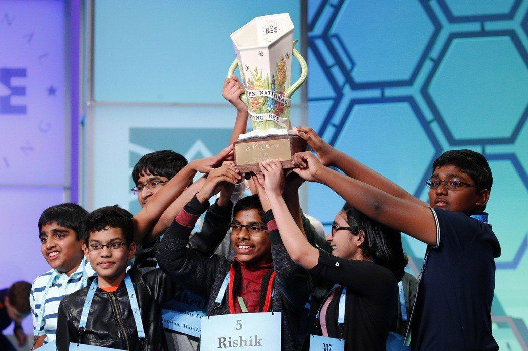 今年全美拼字大賽八名冠軍共舉獎杯慶祝。(美聯社)