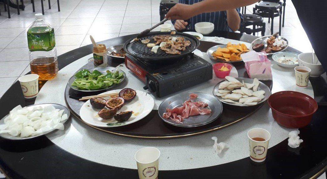 台中市警局第二分局每周二中午用餐讓員警自己烤韓式銅板烤肉,好吃又有趣。 圖/台中...