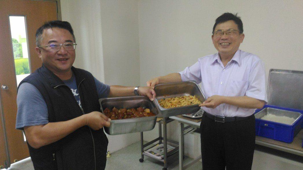 業者黃漢彬(左)和台南市警四分局長蔡進閱(右)是平安食堂幕後推手。 記者黃宣翰/...