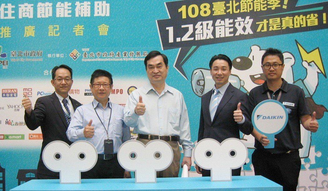 和泰大金空調同仁與台北市產業發展局長林崇傑(左二起)、台北市副市長鄧家基合影。 ...