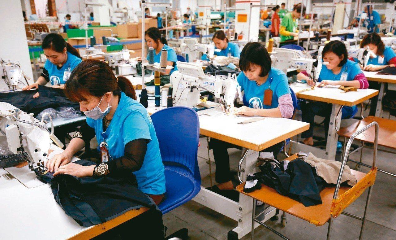 新研究報告顯示,全球時尚品牌未能履行承諾,為勞工提供生活薪資。圖為河內成衣廠工人...