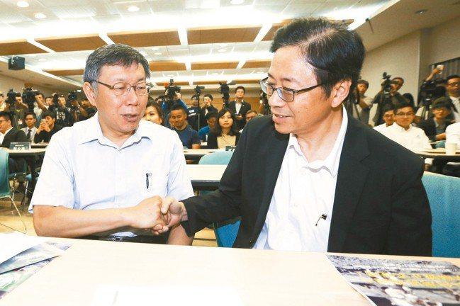 台北市長柯文哲(左)與行政院前院長張善政(右)一同出席台灣區塊鏈大學聯盟成立大會...