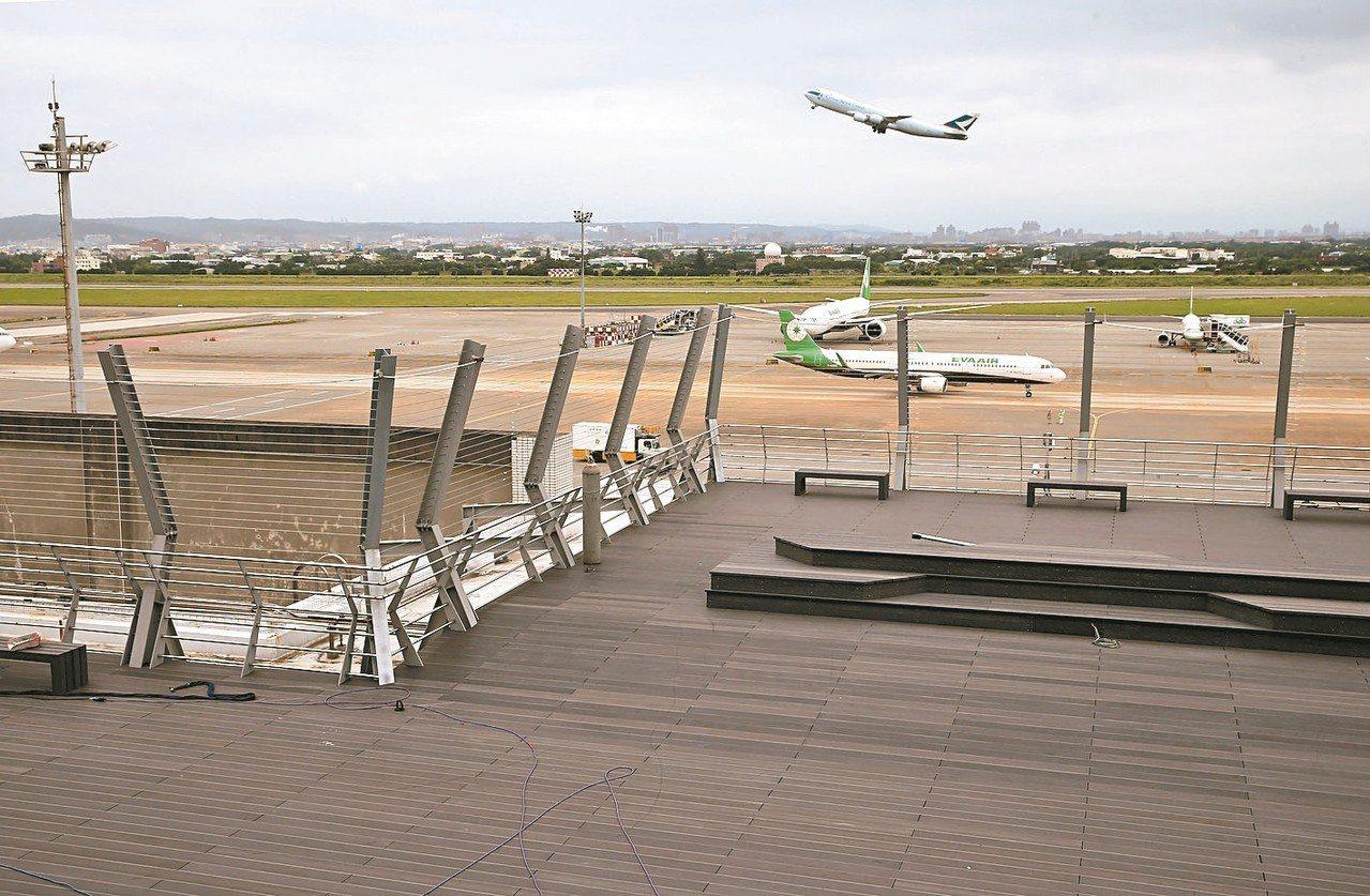 桃園機場第二航廈南擴建區五樓觀景台,已經接近完工。 記者陳嘉寧/攝影