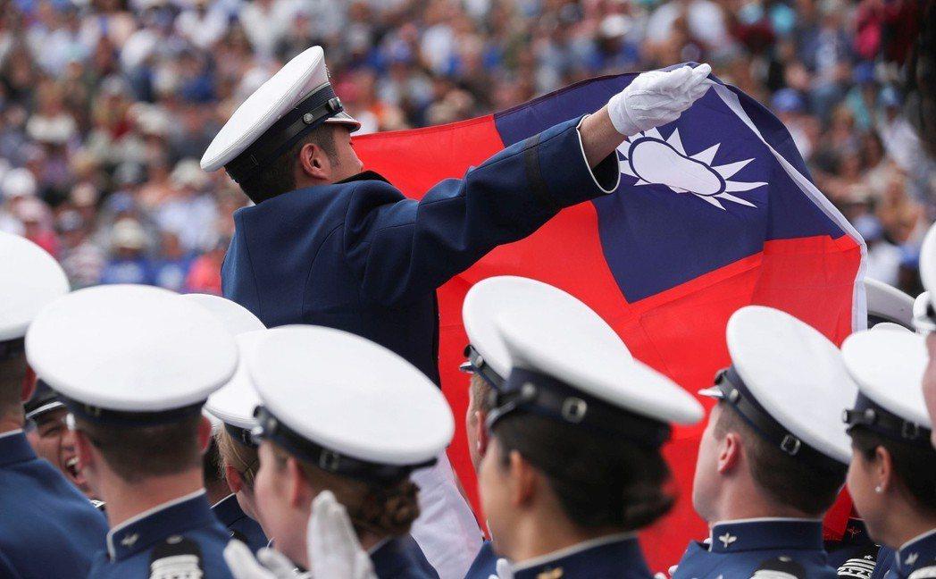 赴美參訓的國軍人員揮舞中華民國國旗。 路透