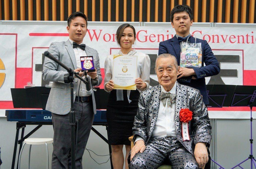 庫雷斯公司以專利「紫錐菊全成分萃取方法」,獲得一金。 中華創新發明學會/提供。