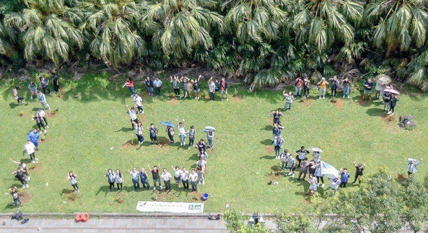 中國科大師生於新竹校區排列種下1.5°C樣式的牛樟樹,同時訂為中國科大地球530...