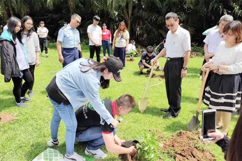 專人示範正確植樹方式。 校方/提供