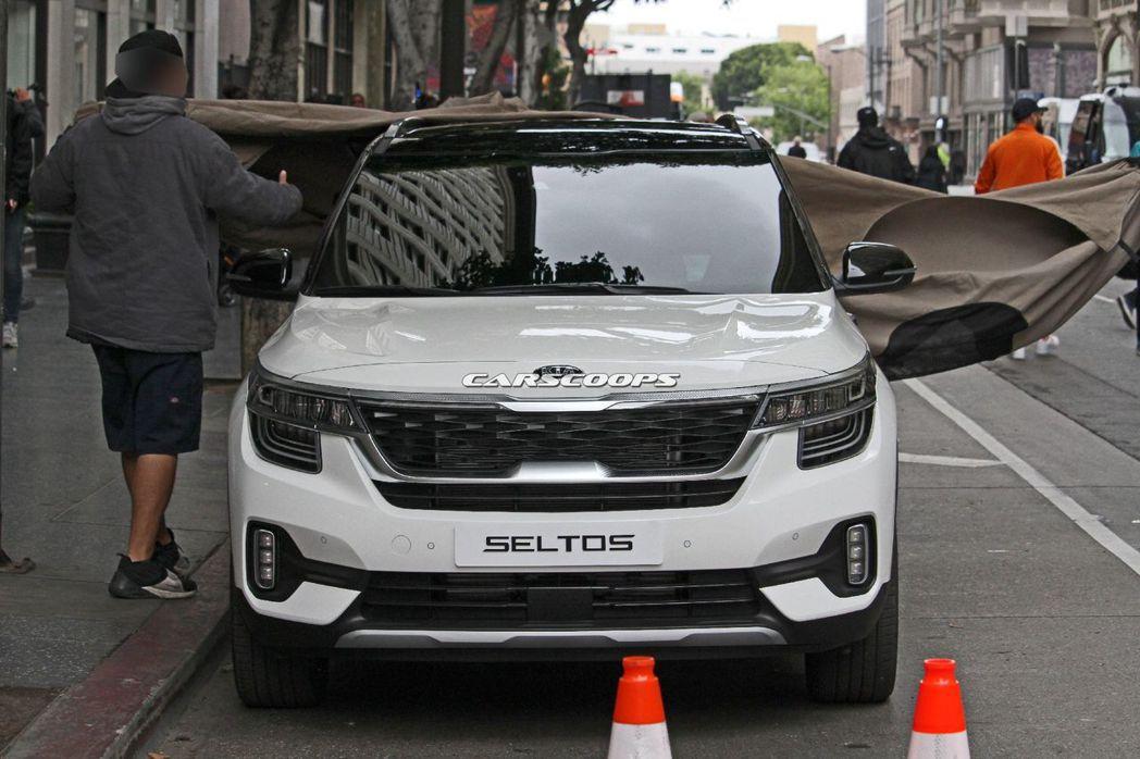 可能在近期就會發表的Kia全新小型休旅,被抓到無偽裝拍攝廣告了! 摘自Carsc...