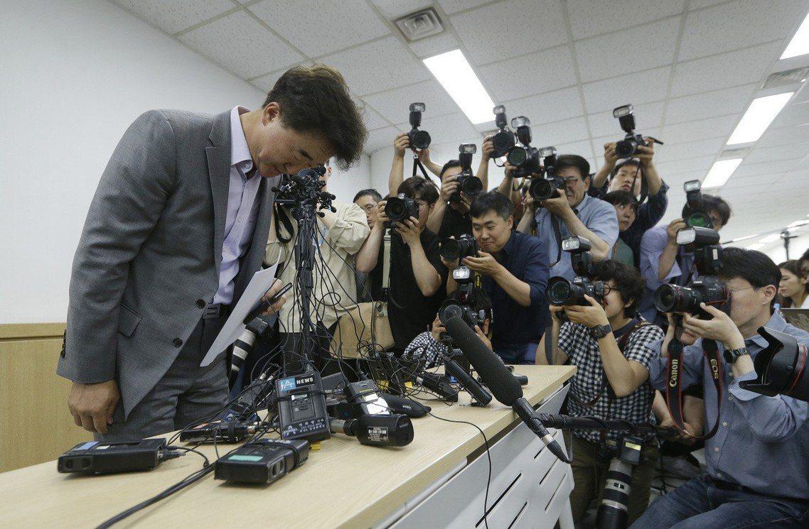 圖為道歉的南韓旅行社代表。 圖/美聯社