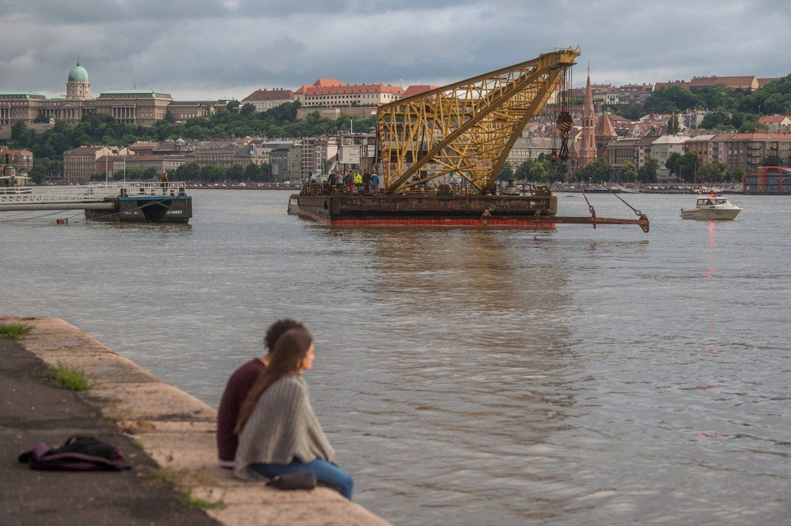 圖為打撈人魚號的工作船。 圖/歐新社