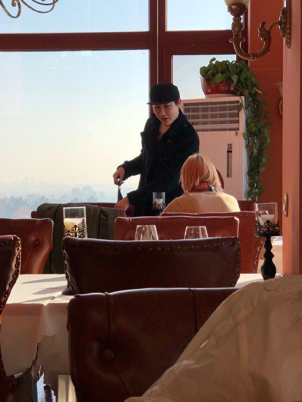 日前有網友在餐廳遇到蛇精男。圖/擷自weibo。