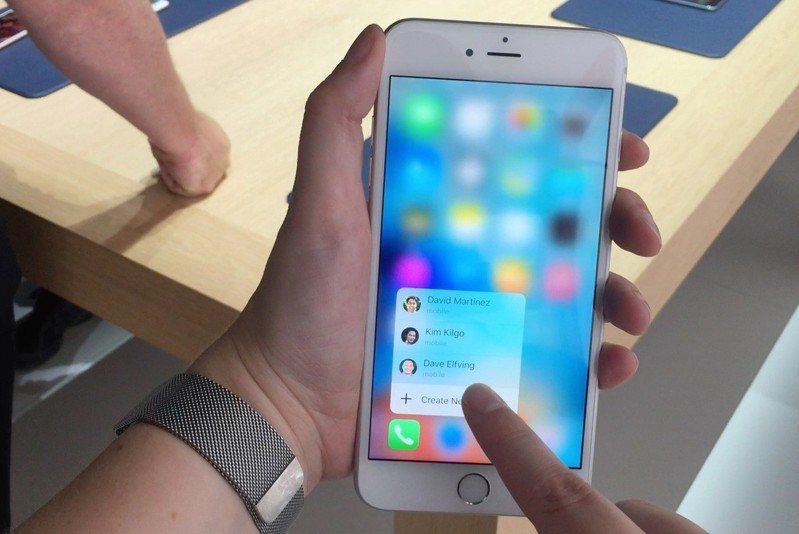 2018年發布的iPhone XR改以Haptic Touch取代,還傳出未來Apple的新機將全面取消3D Touch。圖擷自/Macworld