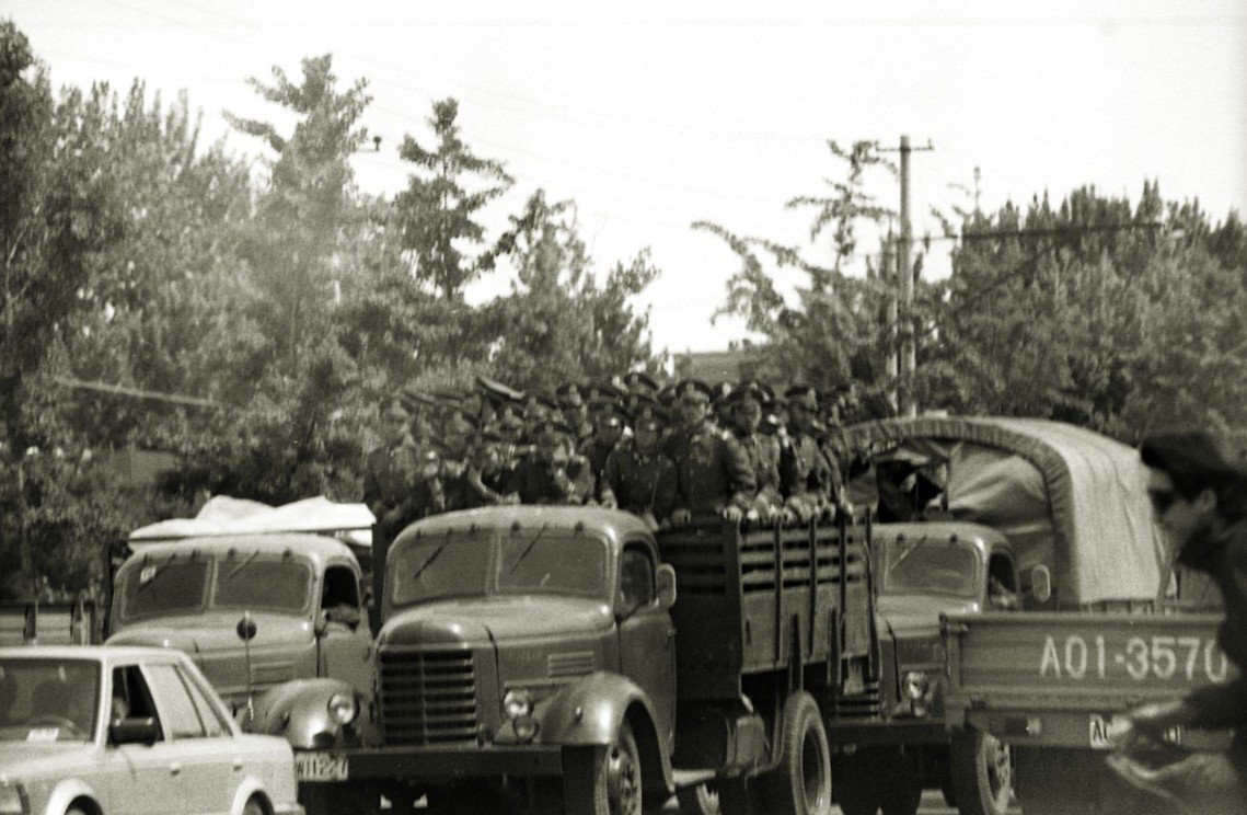 鄧小平批准了執行戒嚴任務,在北京的部隊已開始「著裝上崗」,有些軍官化裝便衣,正開...
