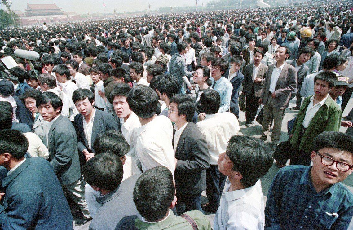 當時部隊已制訂各種「清場」方案,而且有些指揮官還奉命化裝便衣,在北京城及天安門廣...