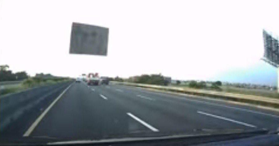 一名車主日前在高速公路上遇到天外飛來一片木板,直接砸中他的擋風玻璃,讓他驚恐不已...