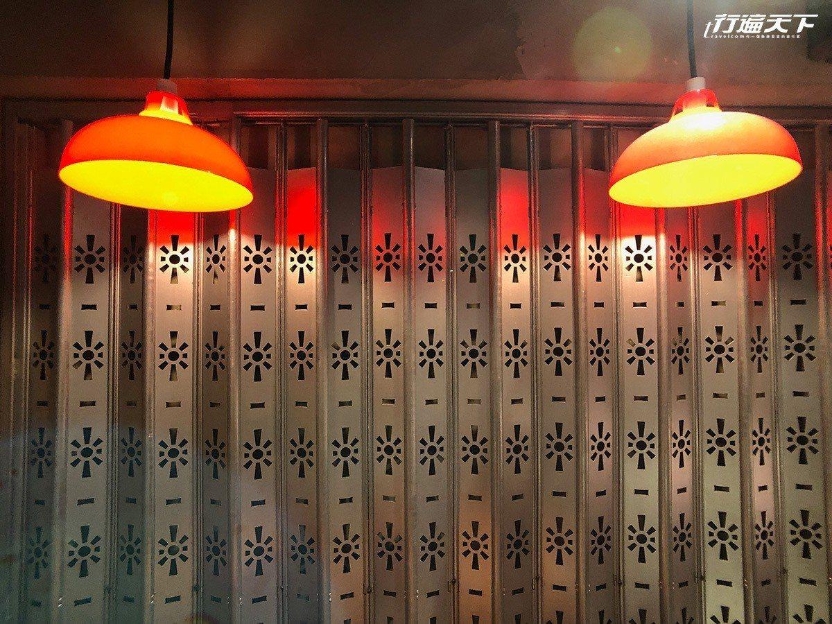 ▲市場才有的舊燈罩、香港老鐵門,老氣氛都來了。