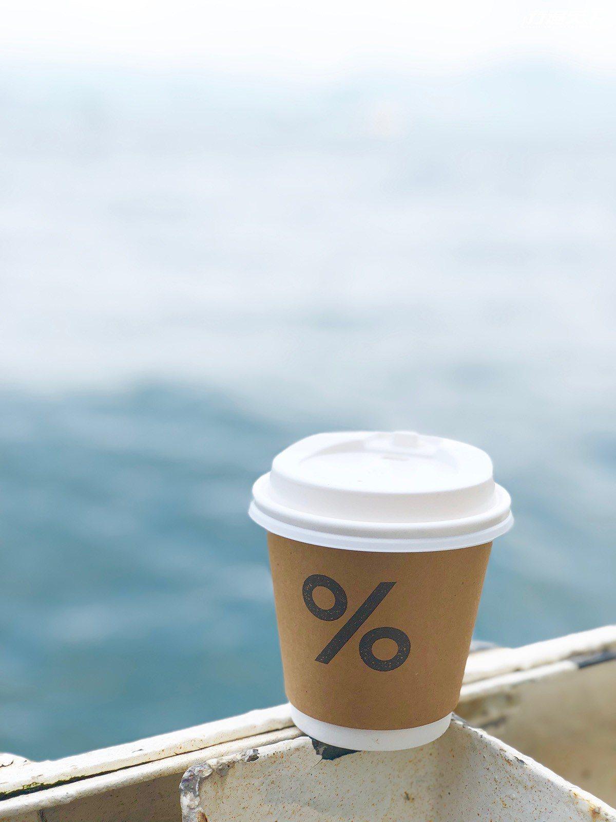 ▲點完咖啡,只要過個馬路,就是湛藍大海。