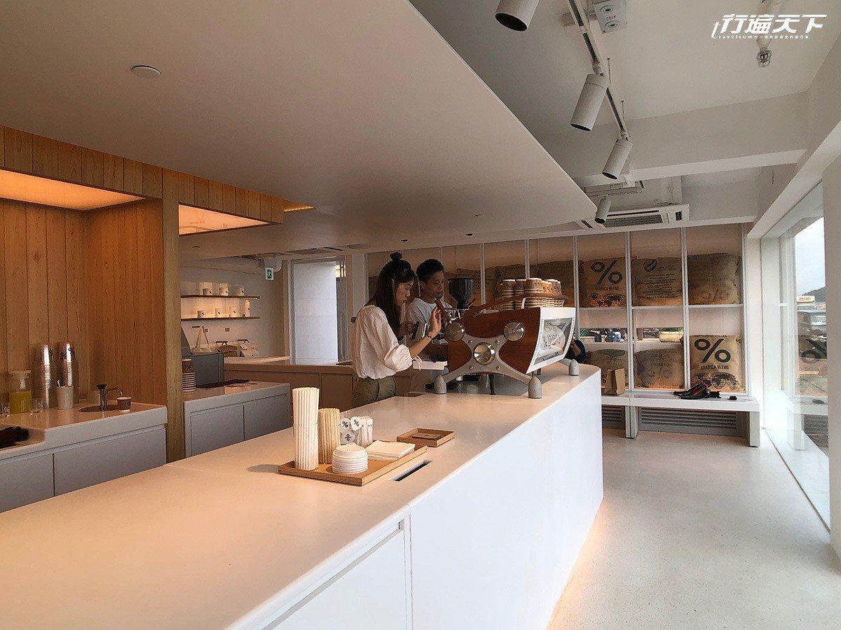▲店內維持一貫的低調白與質感木色。