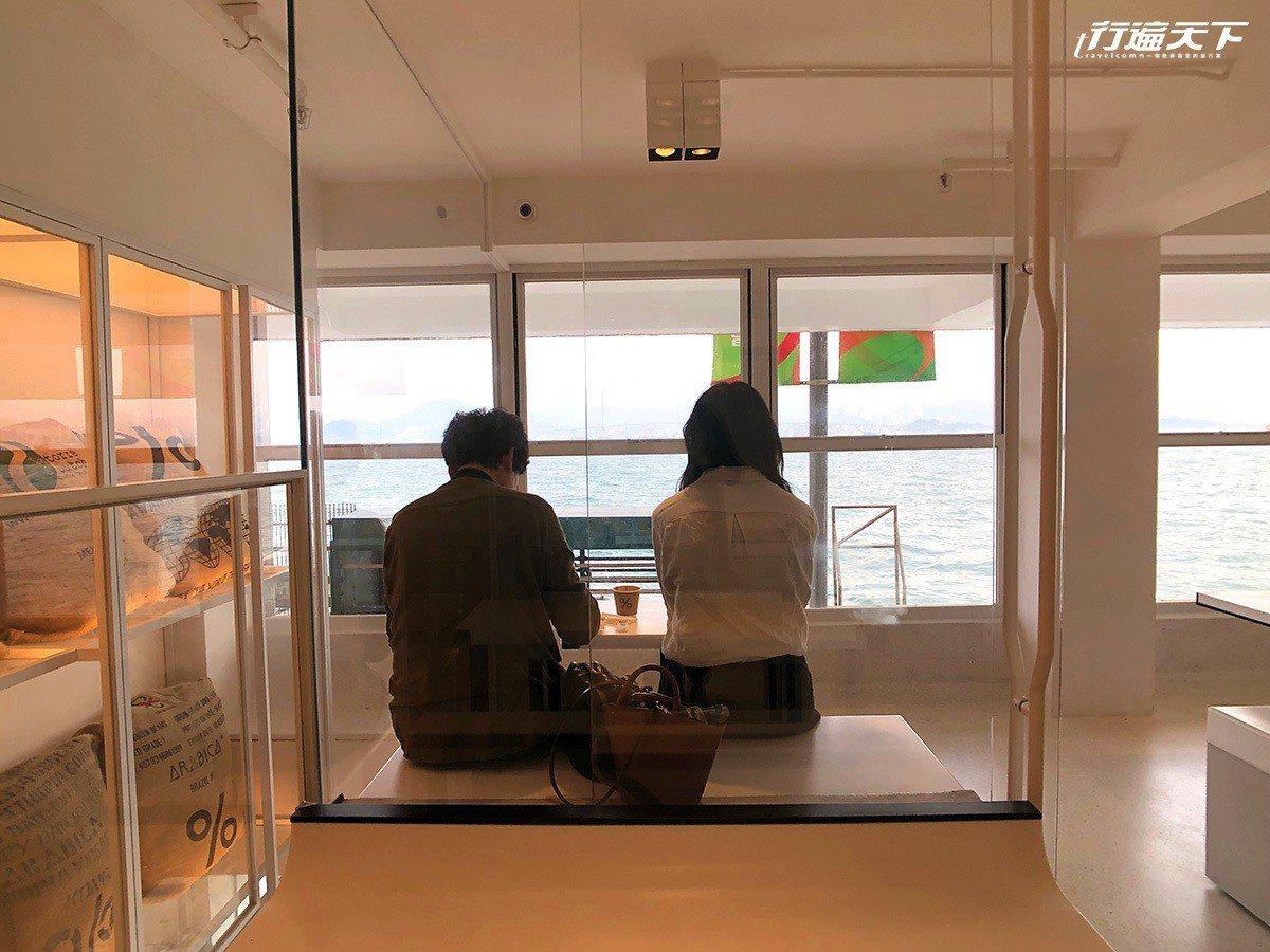 ▲步上2樓的座位區,一整排座位面向海岸,看盡往來渡輪與船隻。