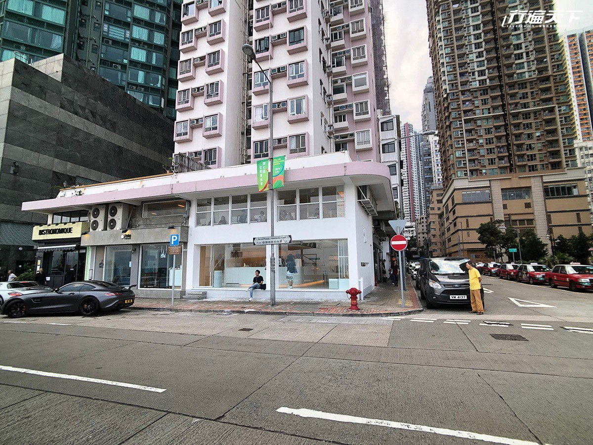 ▲街角一棟2層樓的白色建築,在堅尼地城區域裡顯得耀眼。