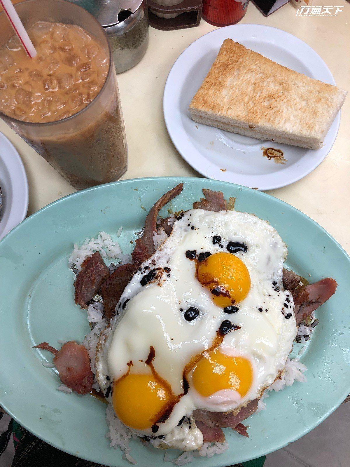 ▲半熟的蛋劃開,蛋汁流在飯上,實在太美味了!