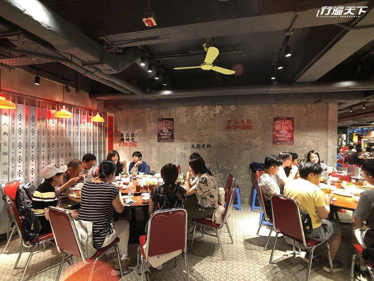 ▲座位區也採用像大排檔一樣的紅椅圓桌,氣氛熱鬧歡騰。