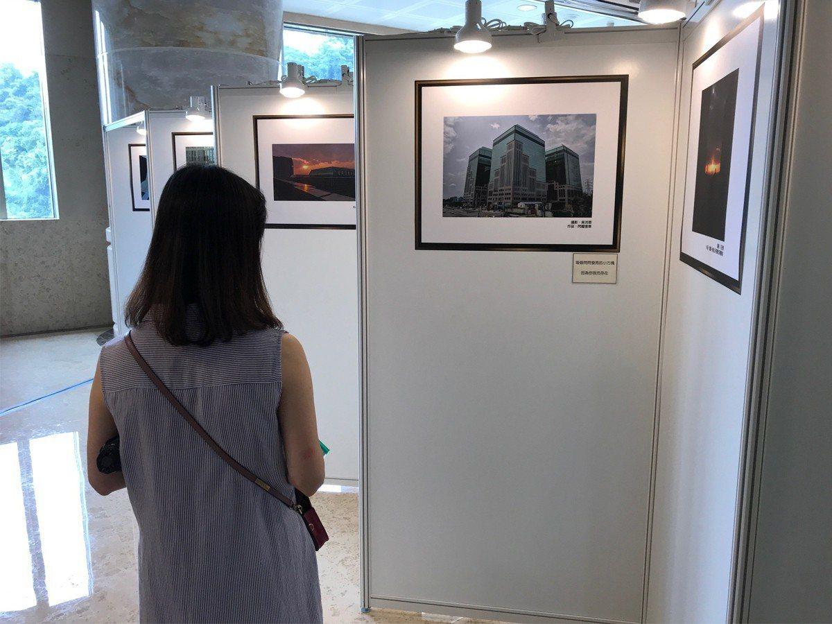 遠東世界中心為汐止提供了許多的就業機會,舉辦了25週年慶的攝影比賽成果展和懷舊照...