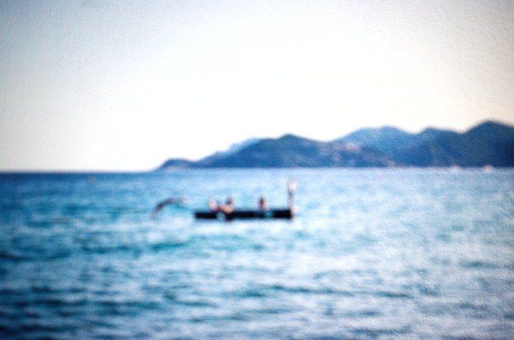 香奈兒女士在20年代,居住於蔚藍海岸,經歷愛情、創作與好友間相聚的美好回憶。圖/...