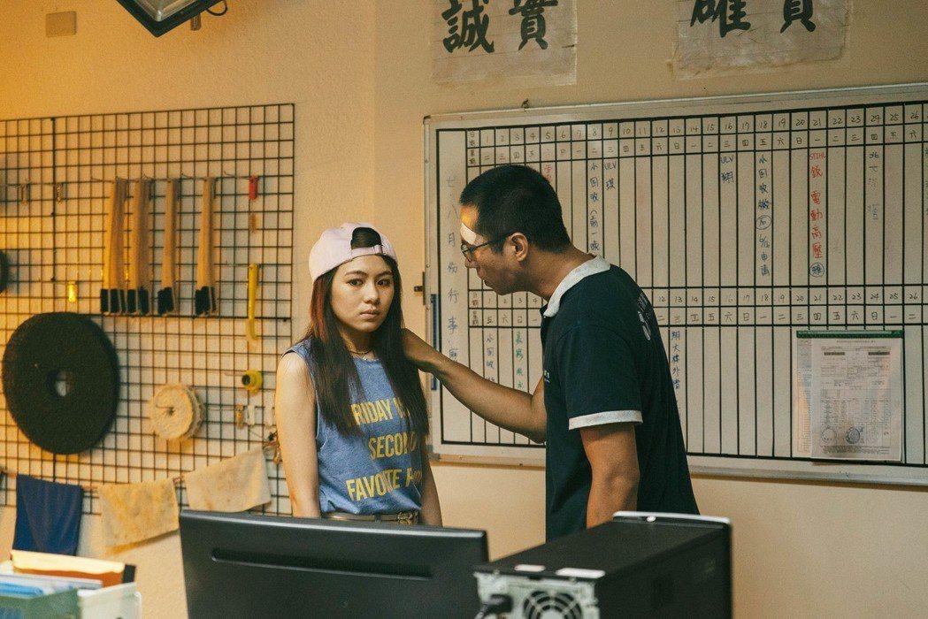 許孟甯(左)飾演翹家少女與莊凱勛對戲。圖/公視提供