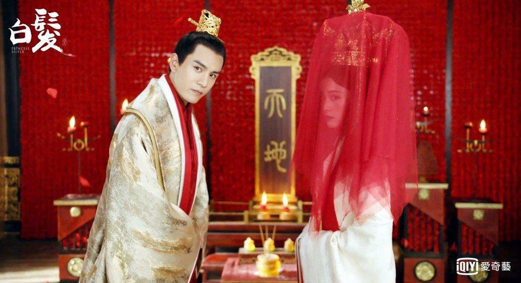 經超(左)婚禮慘被戴綠帽。圖/愛奇藝台灣站提供