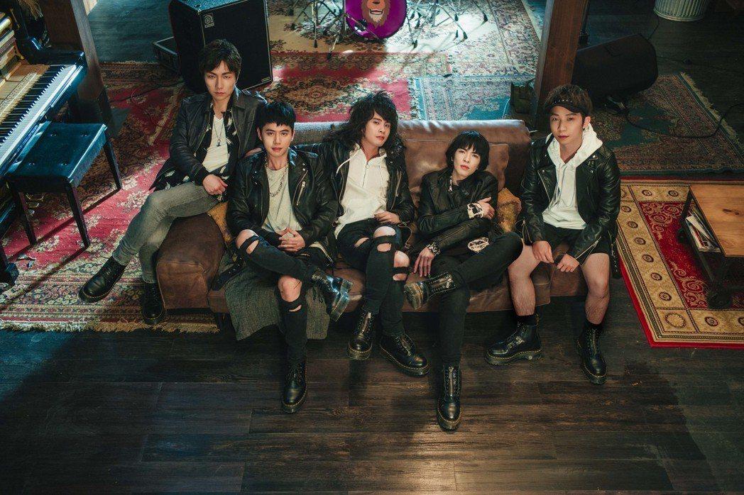 獅子LION 為新歌「美麗、醜與我」MV獻出戲劇處男秀。圖/華納音樂提供
