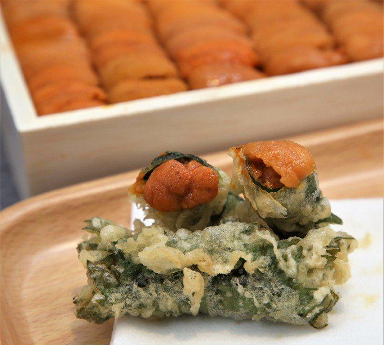 來自日本的天丼專賣店「金子半之助」也推新品「海膽天婦羅御膳」,以紫蘇葉包裹4至5...