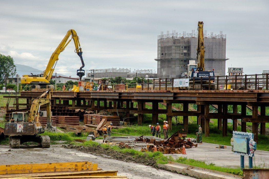宜蘭橋在原址重建,先搭便橋,讓人車通行,便橋預定今年7月完工。圖/宜蘭縣政府提供