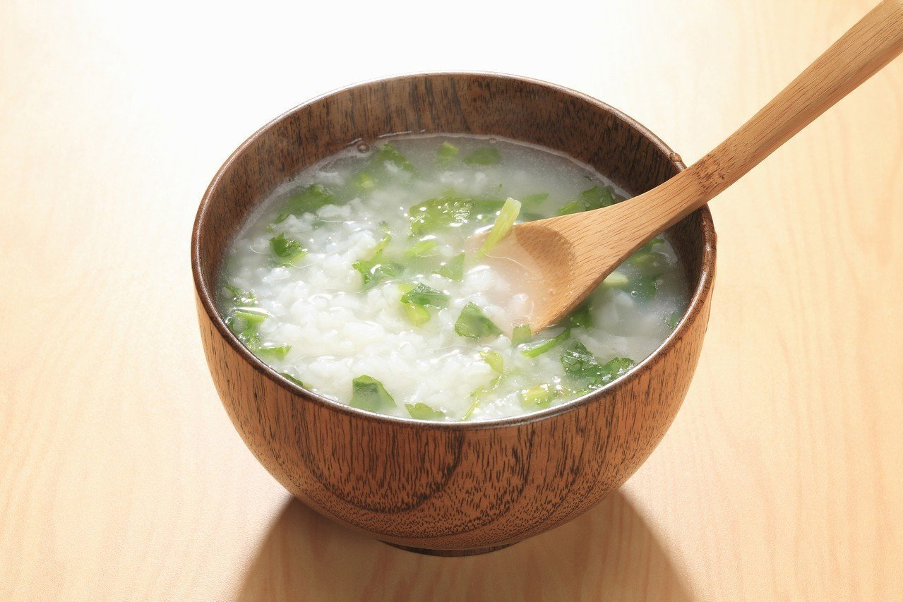 營養師林孟瑜提醒,需控制血糖的民眾如果選吃稀飯,應多搭配富含纖維的蔬菜一起吃,可...