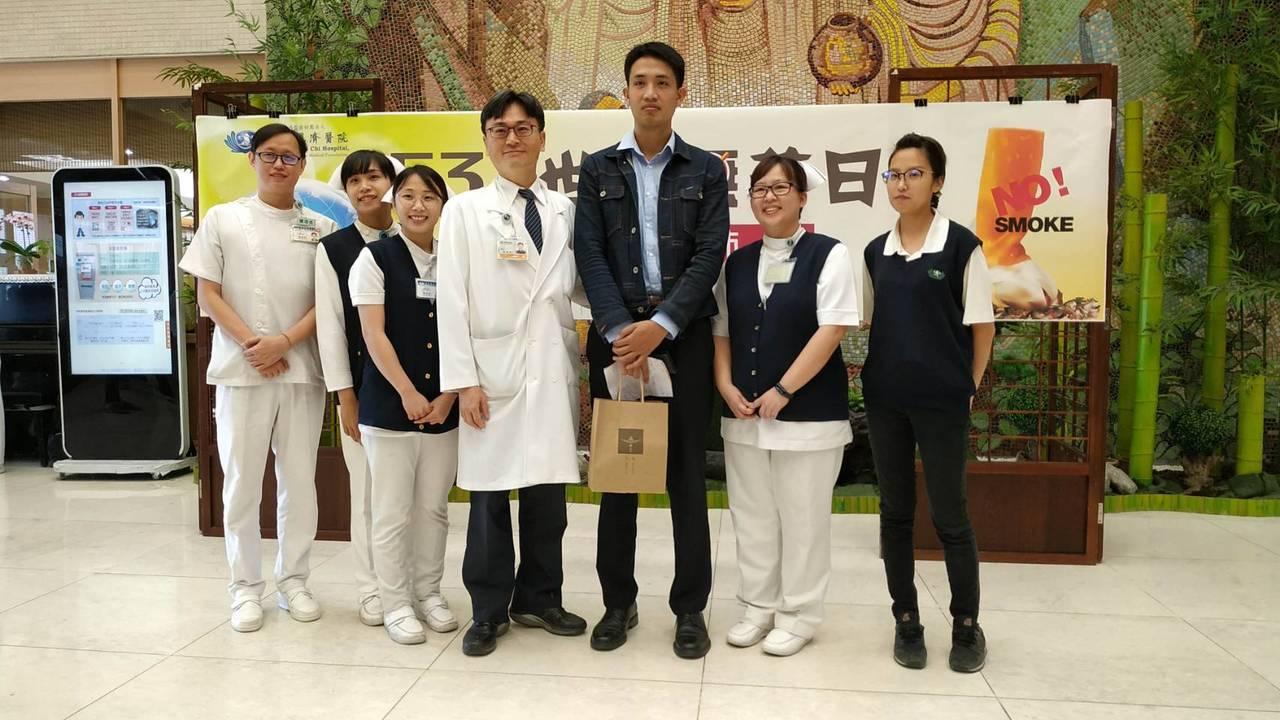 胡先生與慈濟醫療團隊合影。記者余衡/攝影