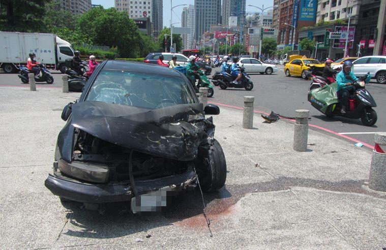 黑色轎車疑未注意燈號轉換,撞毀車頭。記者林保光/翻攝