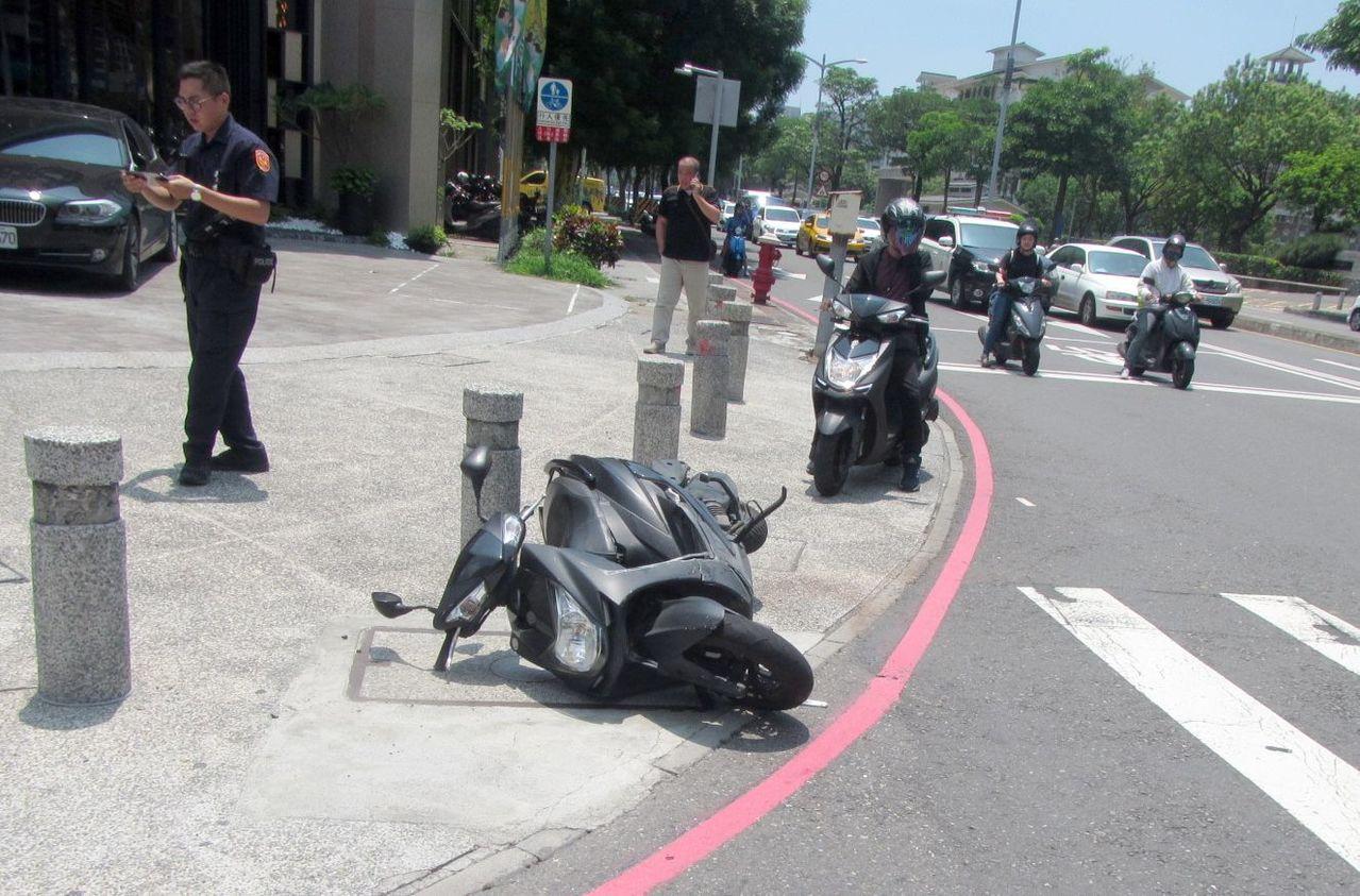在待轉區停等紅燈的機車無辜遭撞,騎士受傷送醫。記者林保光/翻攝