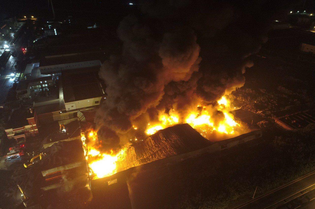 彰化線西區廢輪胎資源回收工廠昨晚熊熊大火燃燒。圖/消防局提供