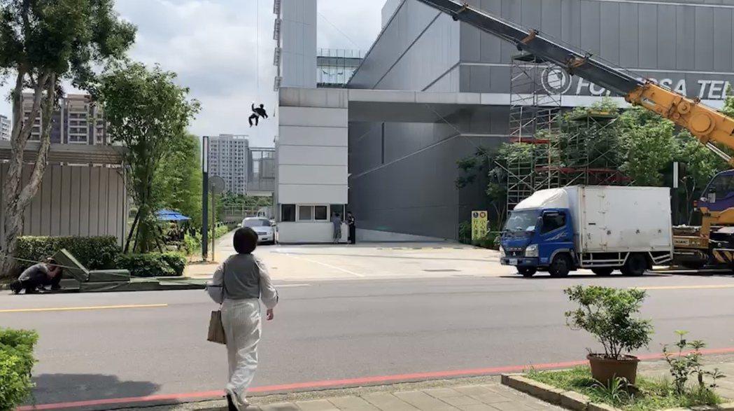 王瞳、馬俊麟拍攝墜樓、車禍戲。圖/民視提供