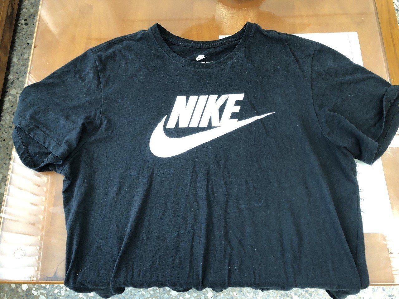 李女飽受驚嚇,但牢牢記住男子身穿黑色印有「NIKE」字樣T恤、藍色牛仔褲特徵,並...