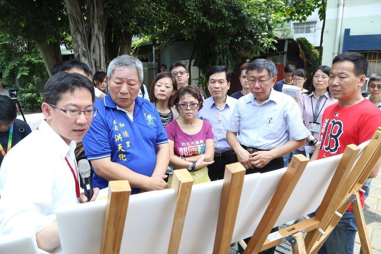 台北市長柯文哲(前排右2)前往福民平宅視察,議員鍾小平(右1)則高喊加碼至500...