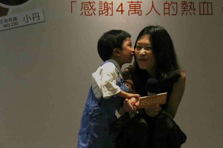負責照顧小丹的醫師回憶,第一次見到小丹母子,一有聲響小丹(左)就像無尾熊緊抱媽媽...