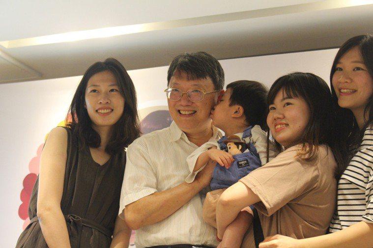 在今天的派對中,負責照顧小丹的醫師陳榮隆(左二),與小丹一家一同替小丹慶祝重生,...