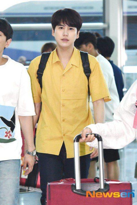 Super Junior(SJ)老么圭賢今天與朴明秀、李龍真、韓惠珍、光熙一起飛高雄,錄製tvN實境節目《窮遊豪華團》第2季《更窮遊豪華團》。他們稍早已經抵達高雄,一出小港機場就被接機粉絲熱情歡迎。...