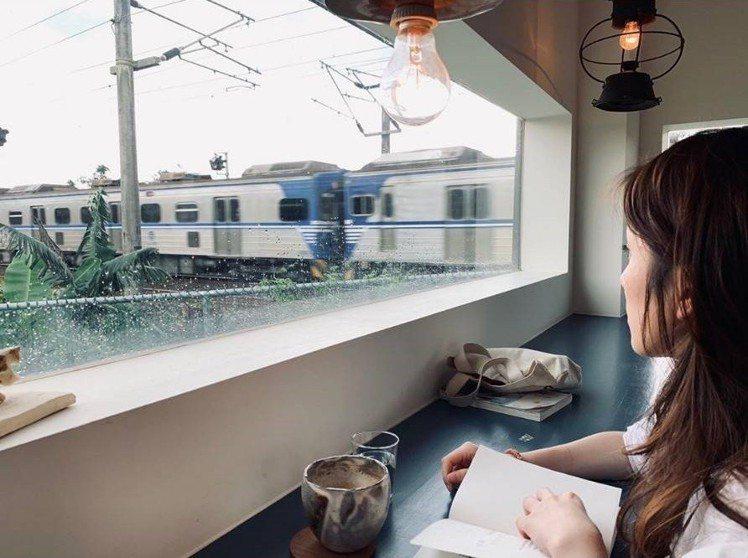 一邊用餐一邊看火車,是「小花徑咖啡」的絕景。IG @yolandaoffduty...