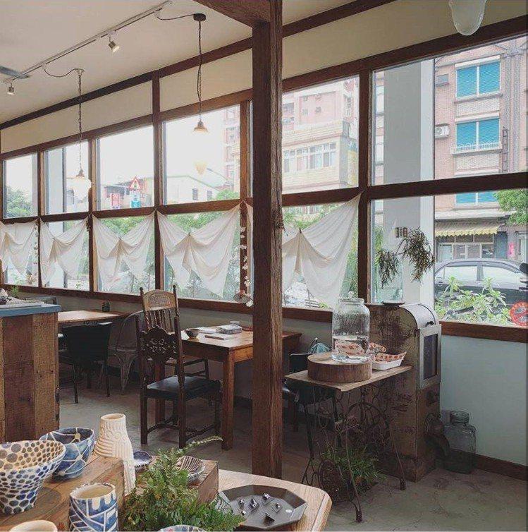 「小花徑咖啡」店內寬敞復古。IG @skymandy_c提供