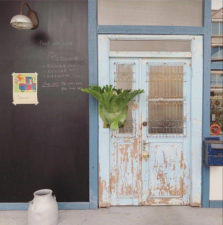 「小花徑咖啡」裝潢有許多復古元素。IG @skymandy_c提供
