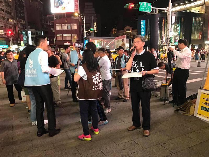 台大醫院前副院長王明鉅,昨晚號召6個阿伯,一起上街為「核四啟封商轉公投案」拉連署。圖/取自王明鉅臉書
